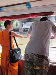 Monk jr. en laptop genieten samen met Dennis van het uitzicht op de busboot