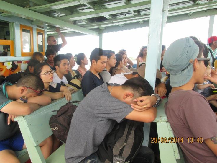 Op de boot samen met de jeugd van het vasteland op weg naar een weekendje zee en strand