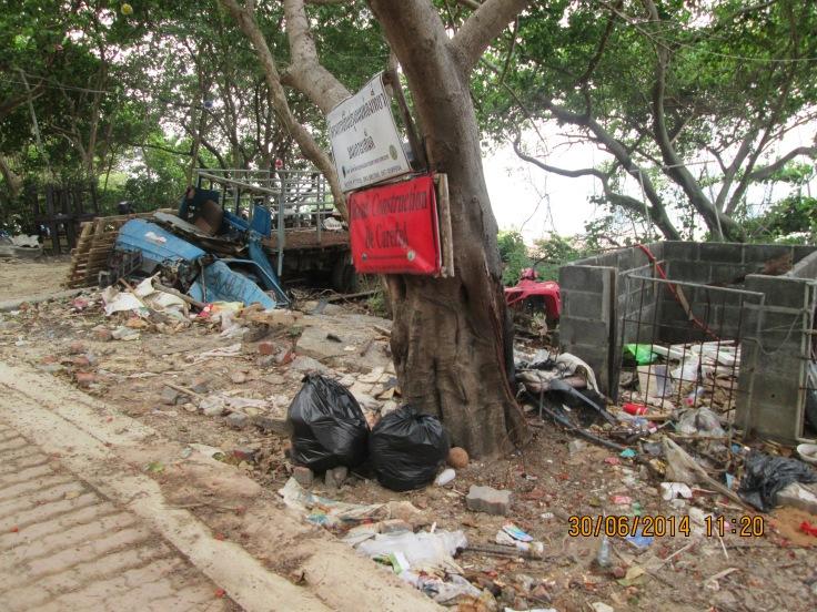 Afval achter het strand