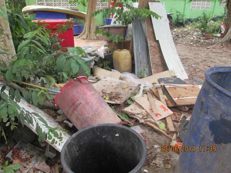 Afval naast de vakantiehuisjes....