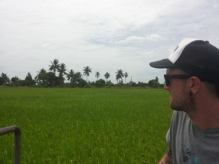 behalve vele soorten fruitbomenruitbomen bezit deze boer ook verschillende rijstvelden. De beste man is al 61, maar doet al het werk al jaren in z'n eentje...