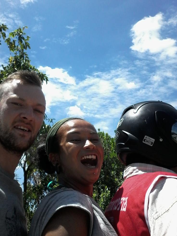 Samen achterop de scootertaxi