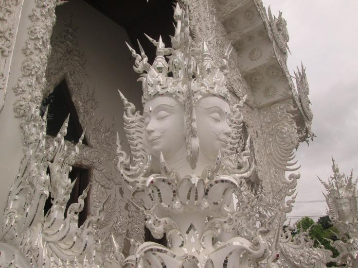 De witte kleur staat voor de puurheid van Boeddha. Het witte glas waar de tempel mee is bedekt staat voor de wijsheid van Boeddha die over de complete aarde en universum uitstraalt