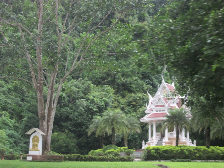 Een prachtig klein tempeltje verwelkomt ons
