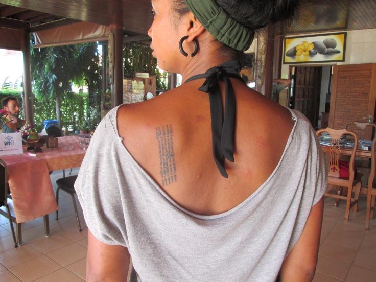 Ik werd gezegend met de vijflijnige yantra op m'n schouderblad
