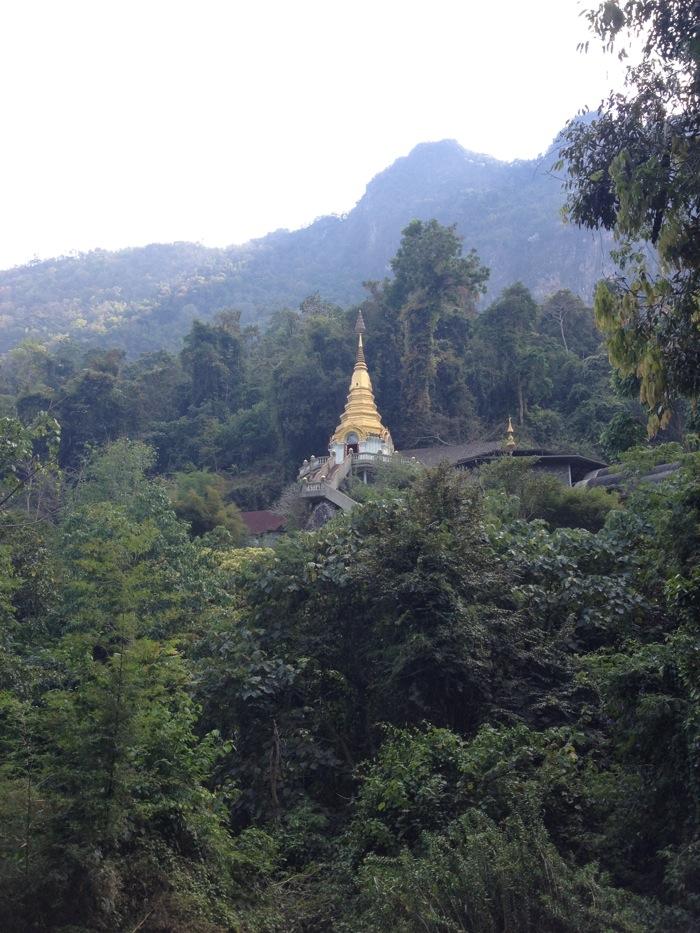 Er was eens... een monnik die zich jarenlang in een grot verstopte, om zou in alle rust te kunnen mediteren. Jaren later is er een tempelcomplex om deze grot heen gebouwd, waar tot op de dag van vandaag lessen over de eeuwenoude darhmaleer worden gegeven. Een trap van 510 tredendoor de jungle leidt je naar de stupa op de berg waarachter de grot schuilt waar het al begon...