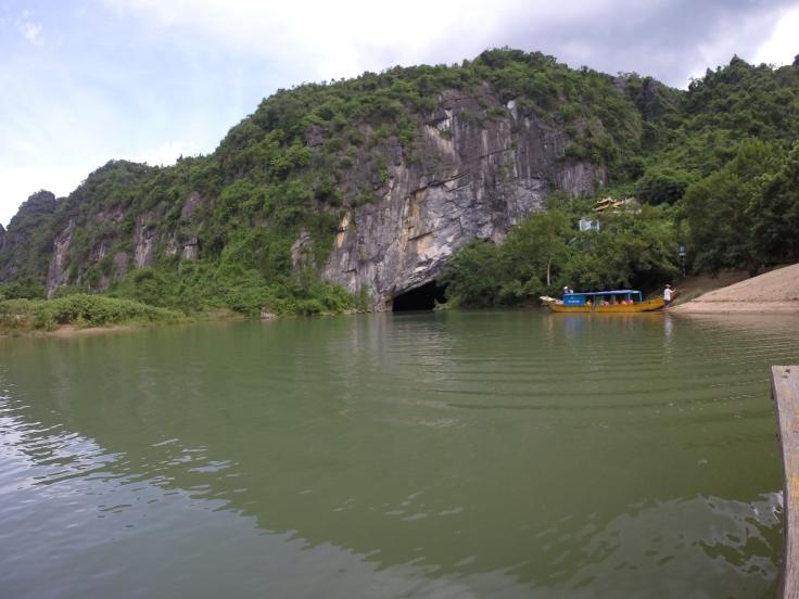 De ingang van één van de vele grotten