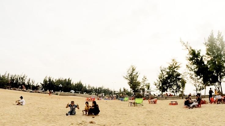 De lokale bevolking komt ook even genieten op het strand