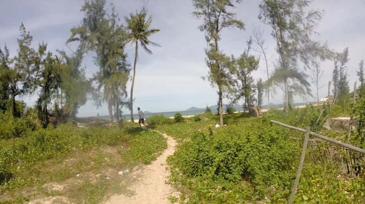 De geheime toegang tot een verlaten strand