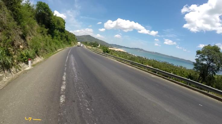 We rijden over prachtige kustwegen