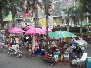 De kleurrijke en drukke straten in Bangkok