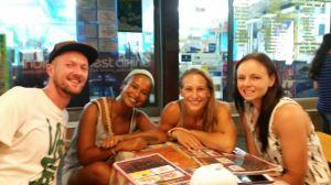 Zit je zomaar opeens samen aan de streetfood in Bangkok!